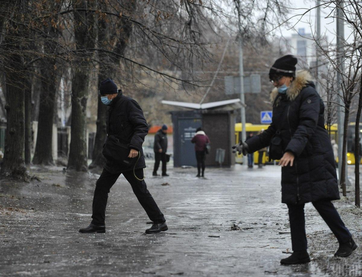 Люди получили травмы при падении на скользких тротуарах и дорогах \ фото УНИАН