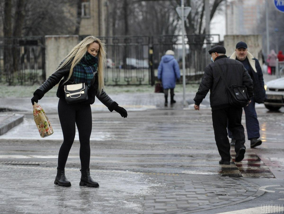 Гололедица не спешит покидать украинские улицы / фото УНИАН, Чузавков Сергей