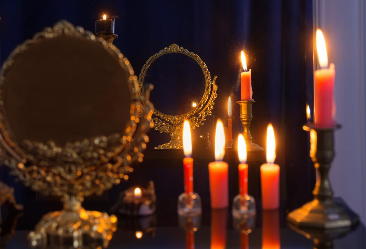Почему нельзя смотреть в зеркало ночью / фото ua.depositphotos.com
