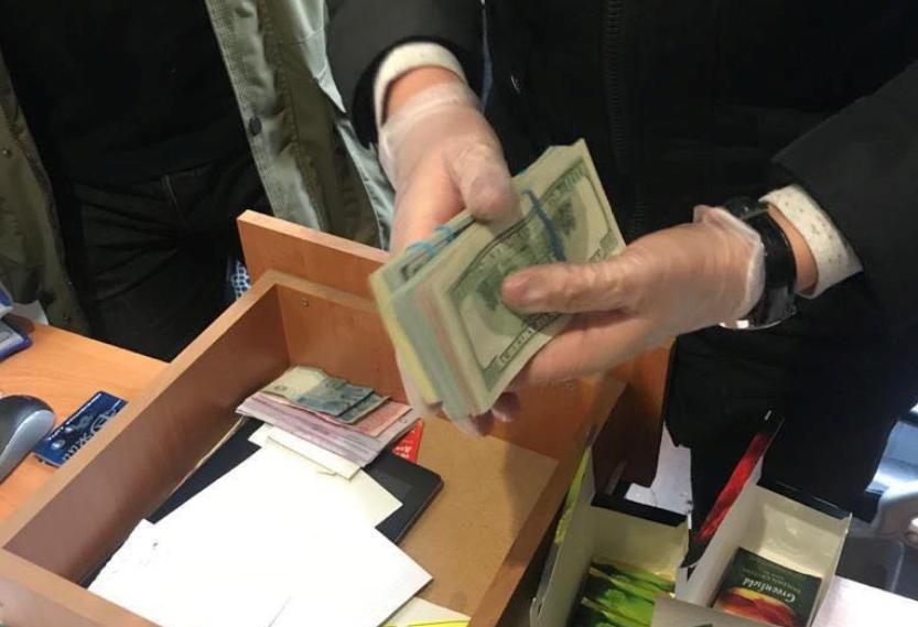Одному из фигурантов передали более 7 тысяч долларов / фото khar.gp.gov.ua