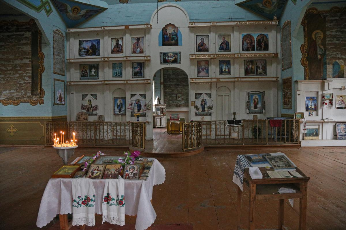Кто-то из прихожан приклеил на стены церковные календари, типографские копии известных икон / фото Виктор Ковальчу