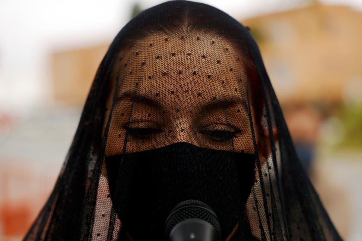 Импровизированные похороны сферы развлечений в Севилье / фото REUTERS