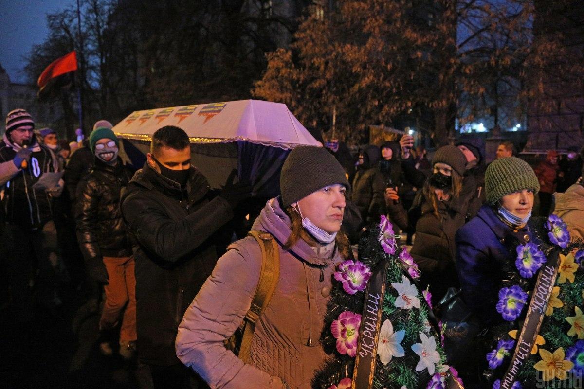 Активісти взяли з собою труну, аби принести її під Офіс президента/ фото УНІАН, Віктор Ковальчук