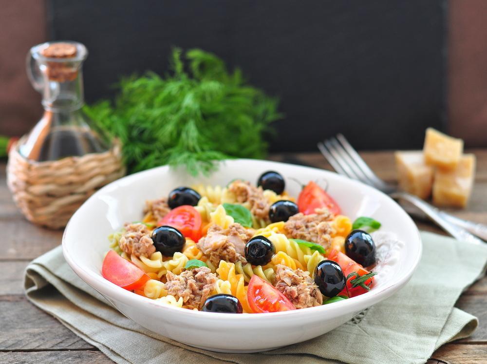 Средиземноморский салат с тунцом и пастой / фото ua.depositphotos.com