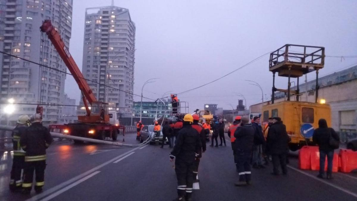 На Шулявском мосту ликвидируют последствия аварии / фото ТСН