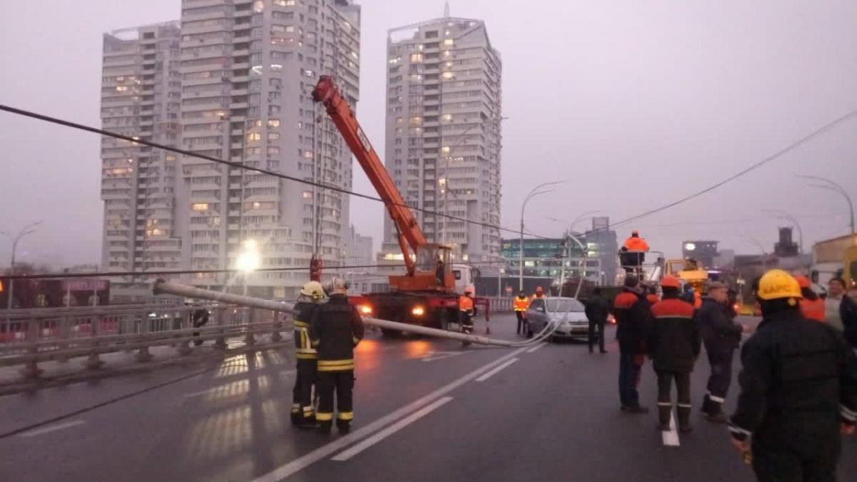 На мосту упал столб / фото ТСН