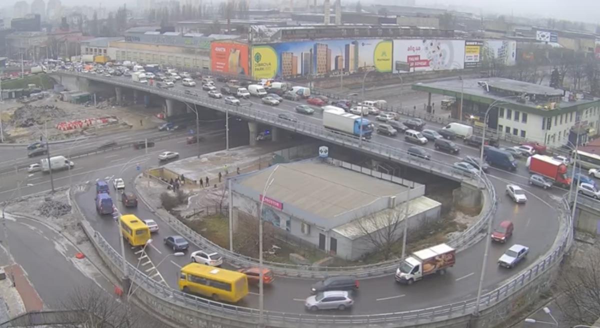 На Шулявском мосту упали столбы / скриншот видео
