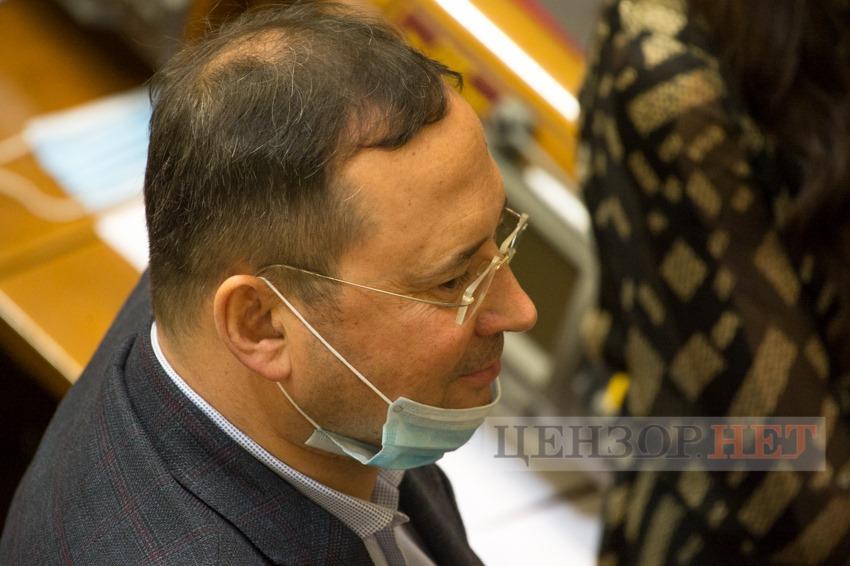 Нардеп на заседании парламента занимался бронировкой отеля \ Цензор.НЕТ