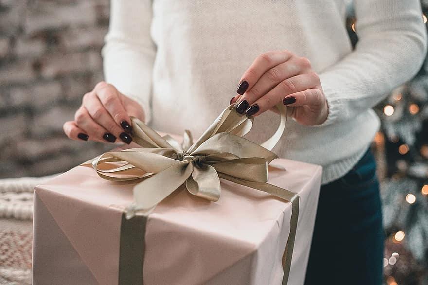 Что подарить родителям на новый год 2021 / фото pikist.com