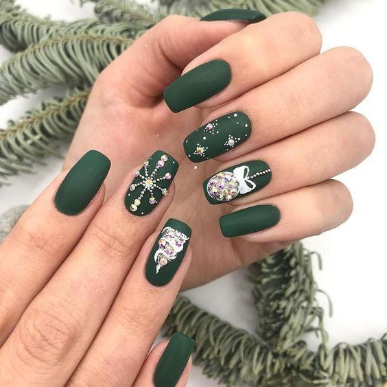 Зеленый новогодний маникюр / фото pinterest.com
