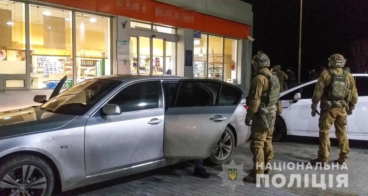По месту их проживания и в автомобиле полицейские изъяли деньги, несколько автомобильных номерных знаков, мобильные телефоны, а также психотропные вещества / фото Нацполиция