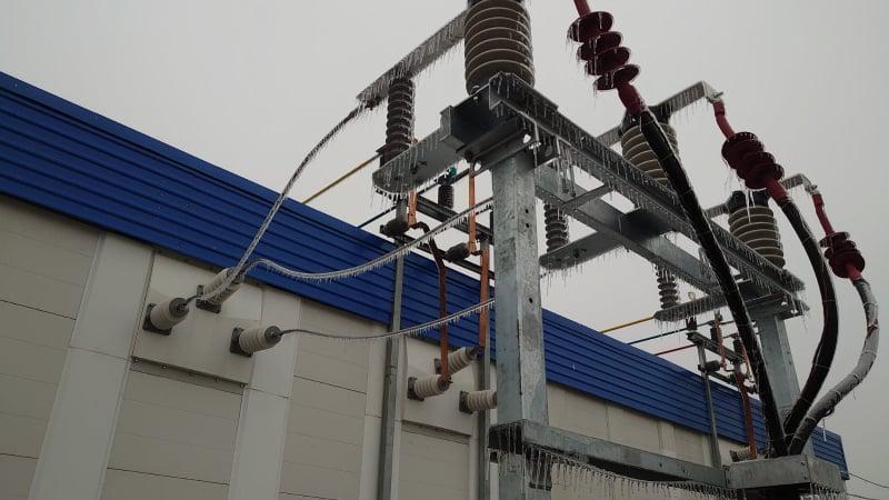Бригады электриков уже четвертые сутки восстанавливают электроснабжение / фото Черниговоблэнерго