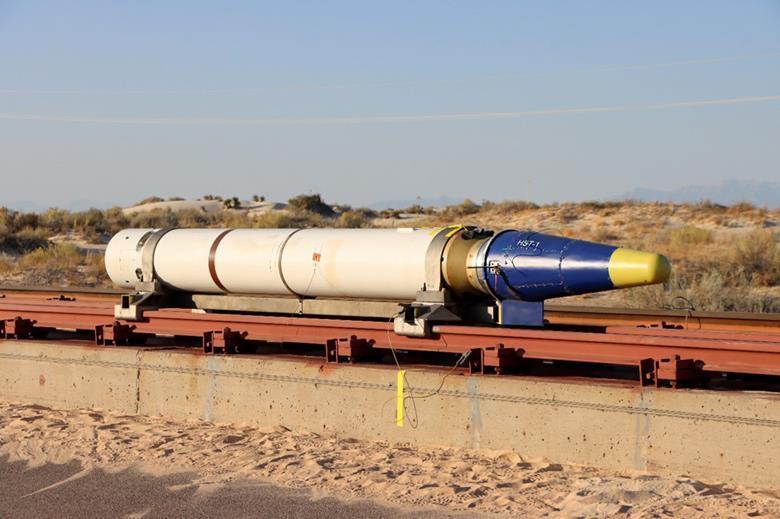 Проверки проводились спомощью тележки сракетными ускорителями, установленной нарельсах / фото Air Force Research Laboratory