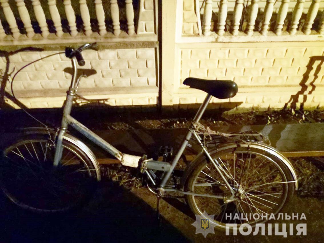 """Вместо """"Лексуса"""" под сельсоветом дедушка оставил свой старый велосипед / фото Нацполиция"""