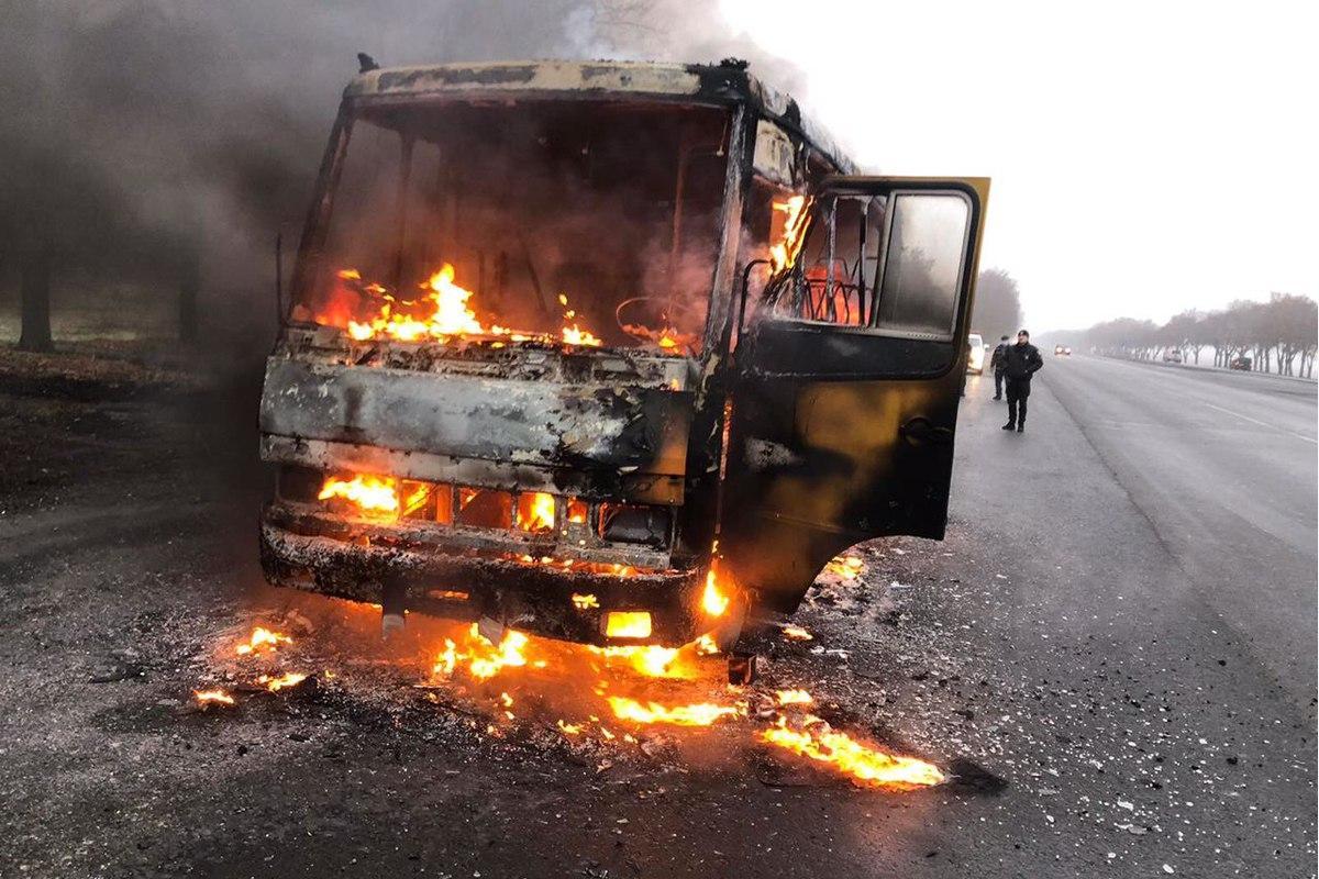 Автобус загорелся во время движения / фото dp.dsns.gov.ua