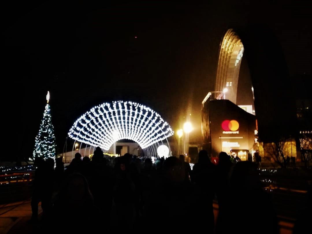 Ялинка біля Арки Дружби народів / фото Марина Григоренко