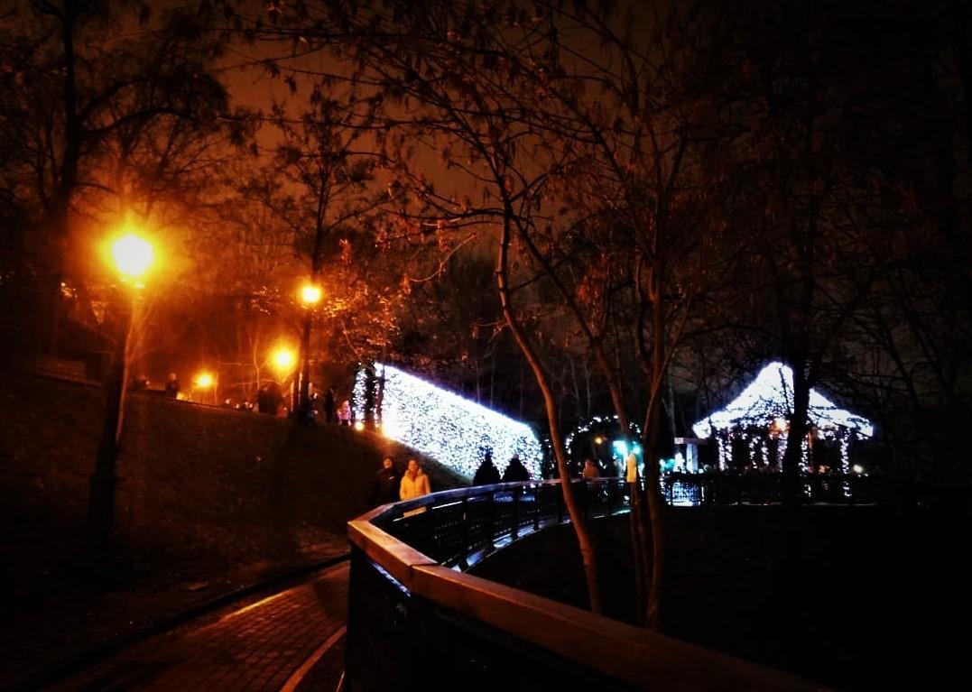 Володимирську гірку прикрасили до свят / фото Марина Григоренко