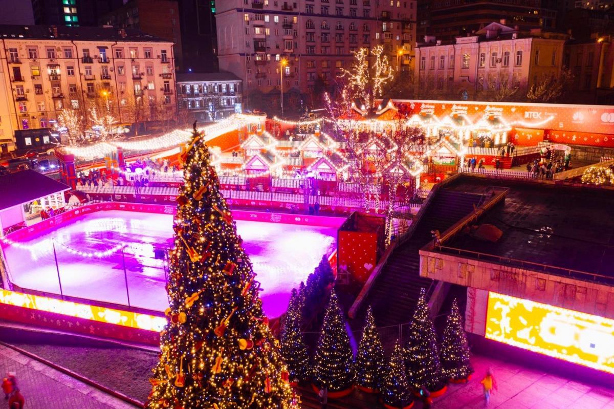 Новорічне містечко біля Палацу «Україна» / фото www.facebook.com/sergey.ristenko