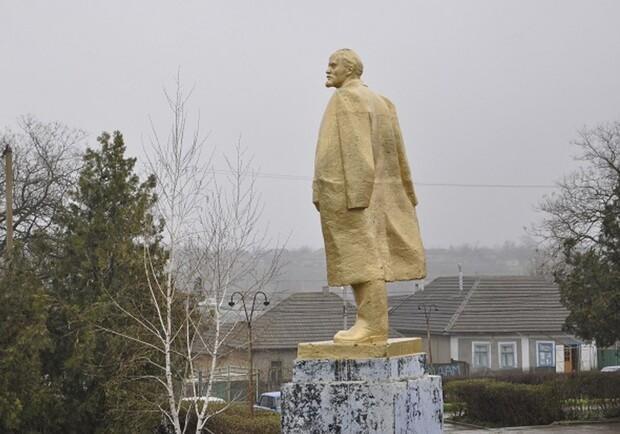 В селе Калчева Болградского района4-метровый Ленин до сих пор стоит в центре / фото Информ-UA
