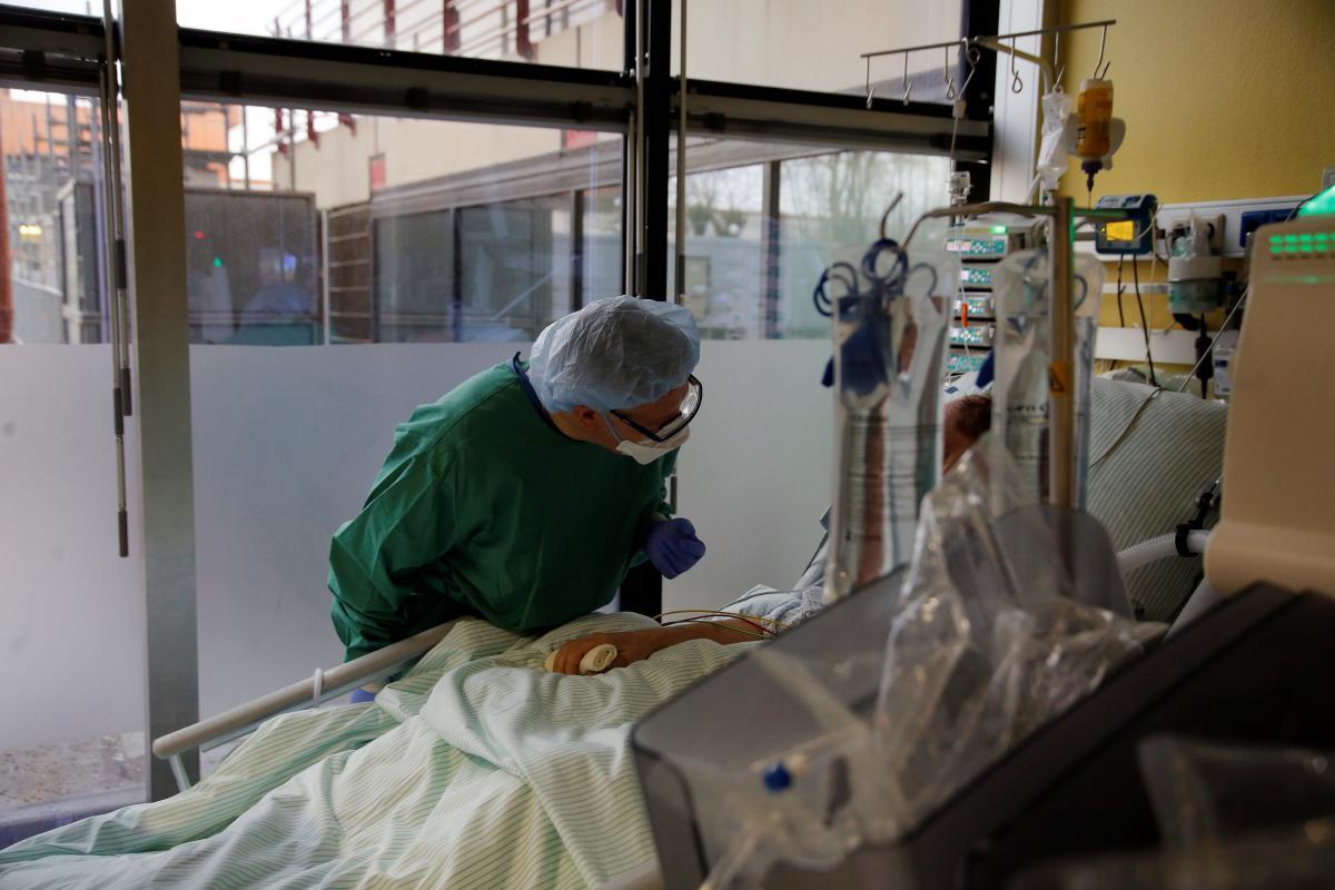 Донорская плазма с антителами может снизить риск начала тяжелого COVID-19 / REUTERS