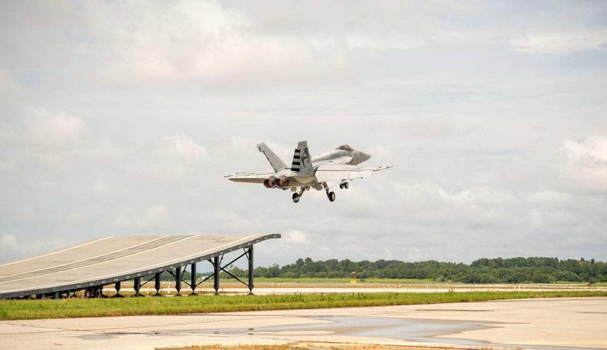 Super Hornet впервые взлетел с использованием трамплина/ фото Boeing