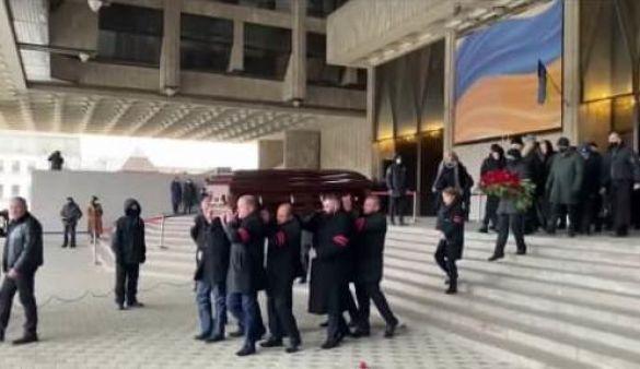 Похоронный кортеж направился в сторону 2-го городского кладбища / фото ТСН