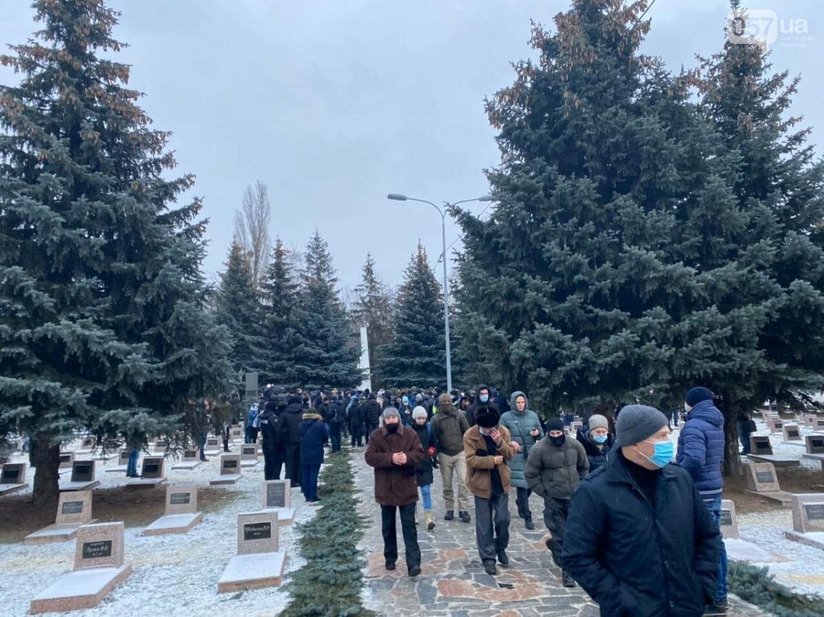 Люди на кладбище, где похоронили Кернеса / фото 057