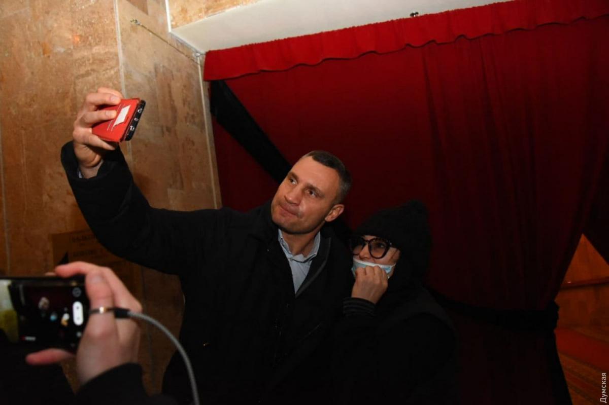 Кличко застукали во время селфи на похоронах / Фото: Думская