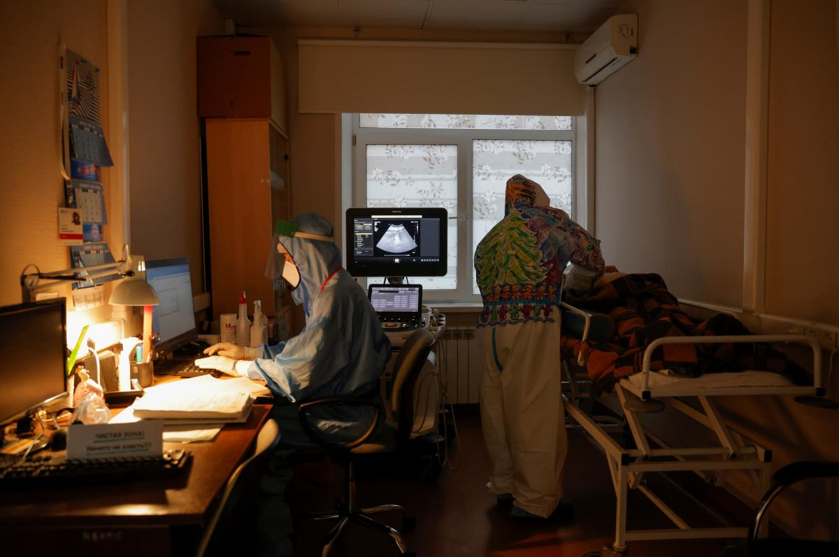 За сутки в Украине в больницы попали 2 334 человека с подозрением или диагнозом COVID-19 / фото REUTERS