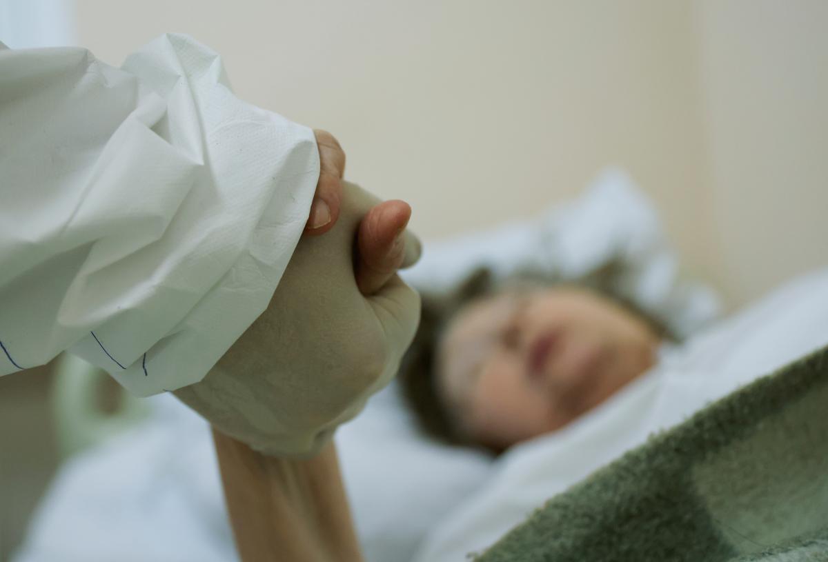 В Одессе 82-летняя женщина с низкой сатурацией умерла в день выписки из больницы - волонтер / REUTERS