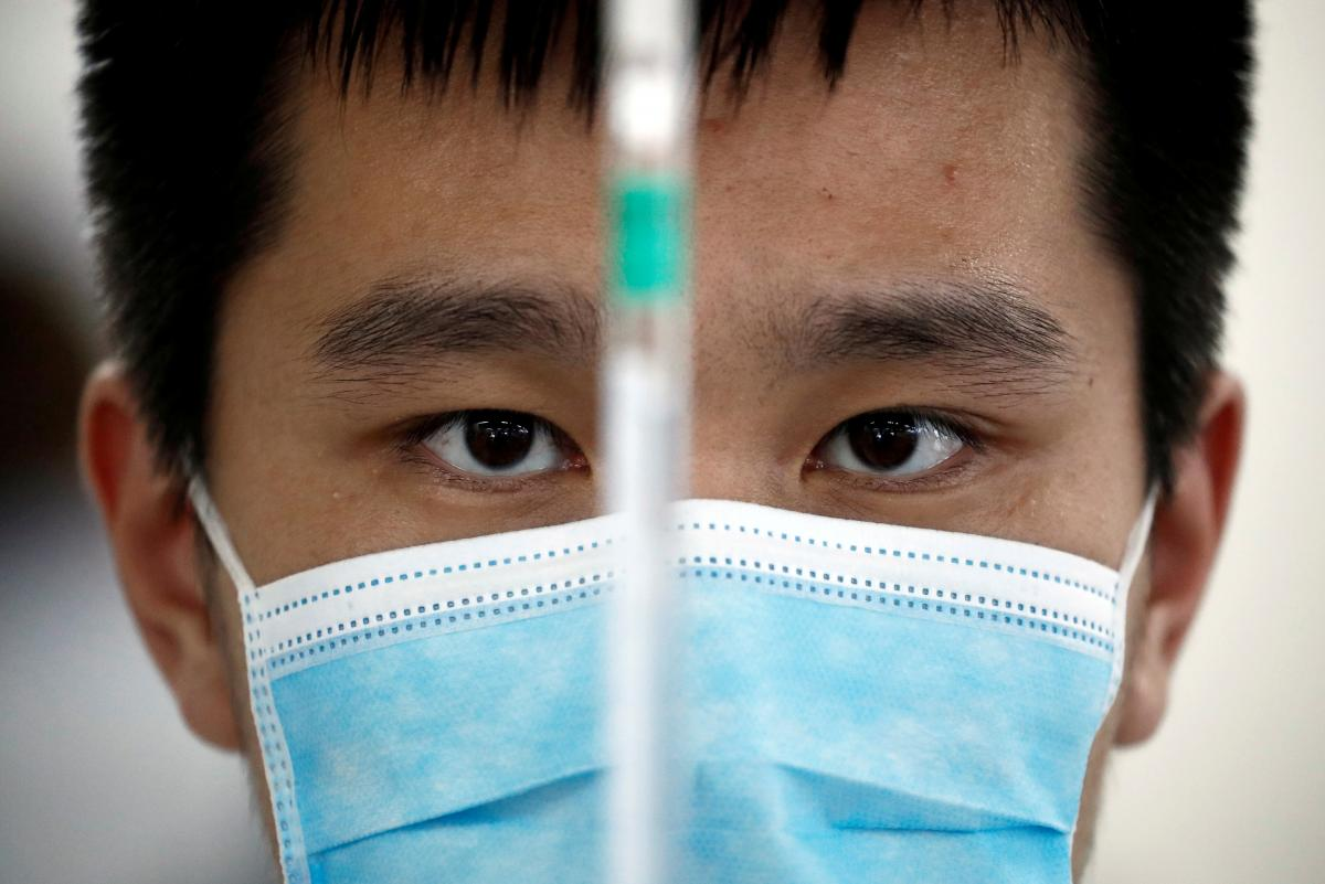 Мир страдает от пандемии / иллюстрация REUTERS