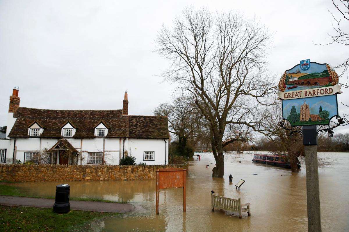 В английском графстве Бедфордшир эвакуируют людей \ фото REUTERS