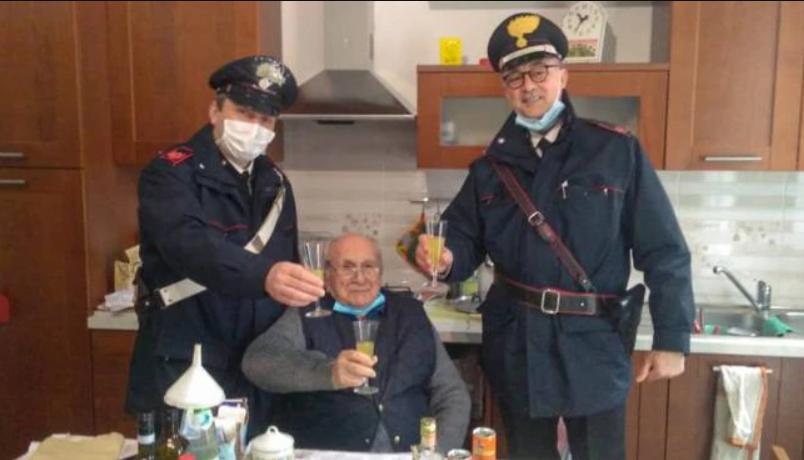 Італійські поліцейські відсвяткували Різдво з самотнім чоловіком / фото ilrestodelcarlino.it