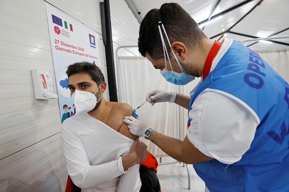 Вакцина от коронавируса - ученые советуют не смешивать вакцины от разных производителей / REUTERS