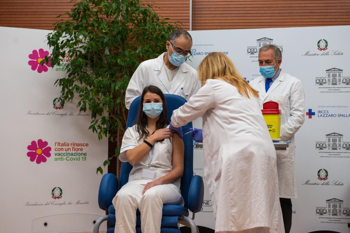 В Италии уже началась вакцинация от коронавируса / REUTERS
