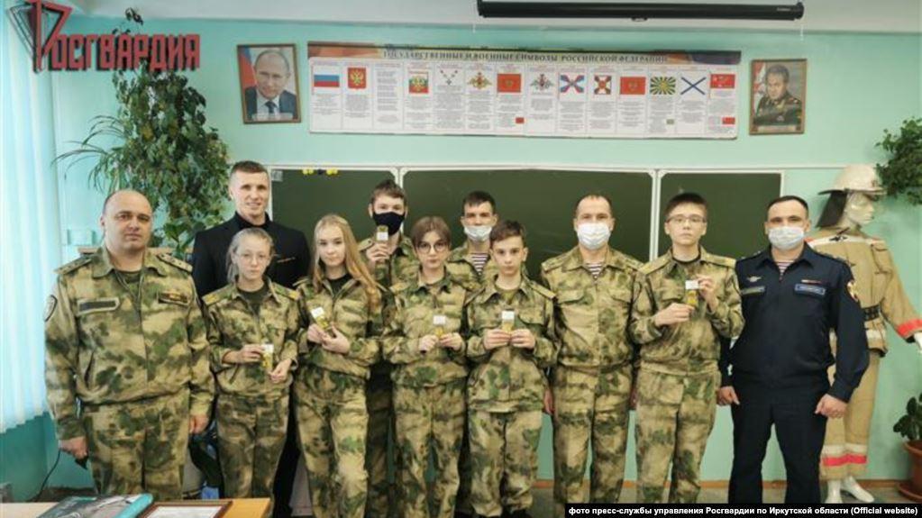 В РФ несовершеннолетним ученикам гимназии дали воинские звания / фото управления Росгвардии по Иркутской области