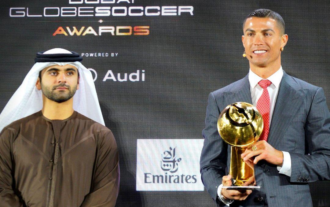 Криштиану Роналду со своей наградой / фото twitter.com/Globe_Soccer