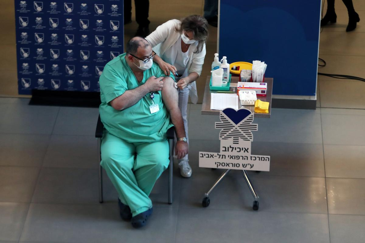 Врач рассказал о механизме вакцинации против COVID-19 в Израиле / иллюстрация / REUTERS