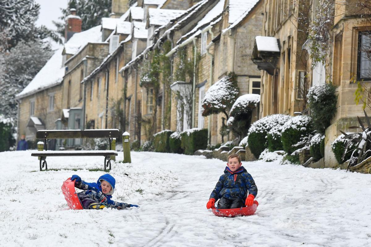 Маленькие британцы радуются снегопаду / фото REUTERS