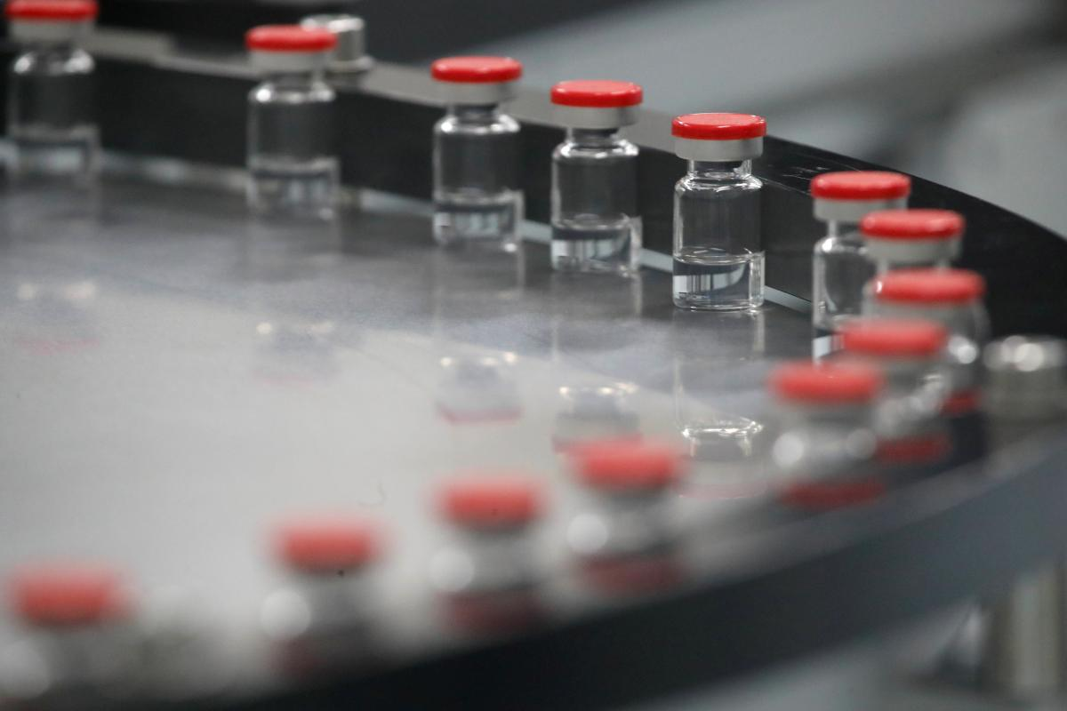 Харківська фармкомпанія подала документи на реєстрацію в Україні російської вакцини від коронавірусу / фото REUTERS