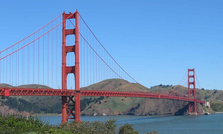 El 5 de enero de 1933 se inició la construcción de un puente colgante sobre el estrecho
