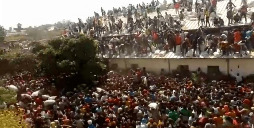 Люди штурмуют склады и магазины, чтобы раздобыть себе еду / скриншот