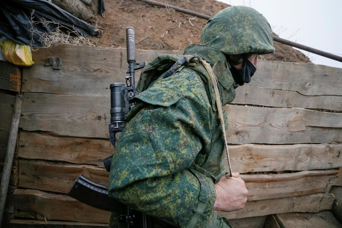 """Українських бійців попередили про провокації окупантів на Великдень / на фото – член незаконного збройного формування """"республік """"ЛДНР"""", REUTERS"""
