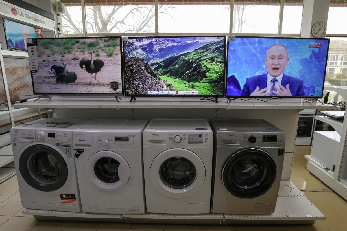 Школярі знімають зі стін портрети Путіна / фото REUTERS