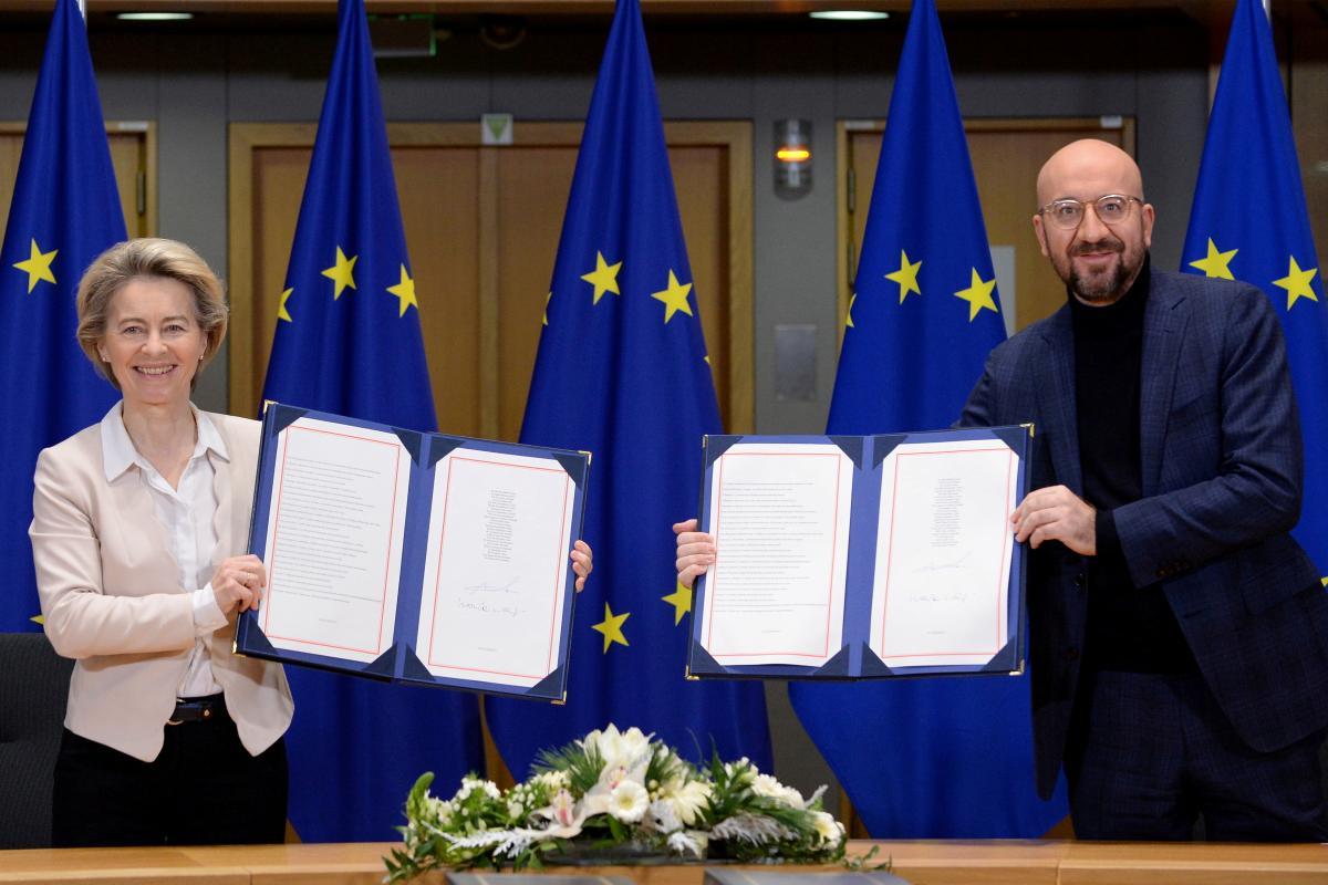 Урсула фон дер Ляйен и Шарль Мишель от Евросоюзаподписали торговое соглашение с Британией / фото REUTERS