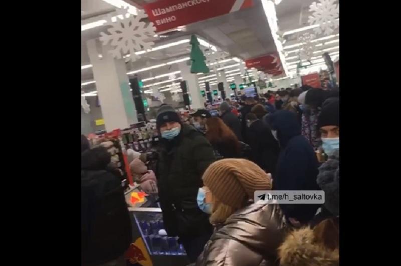Карантин - з'явилось відео довгих черг в маркеті Харкова напередодні 31 грудня: відео / Скріншот