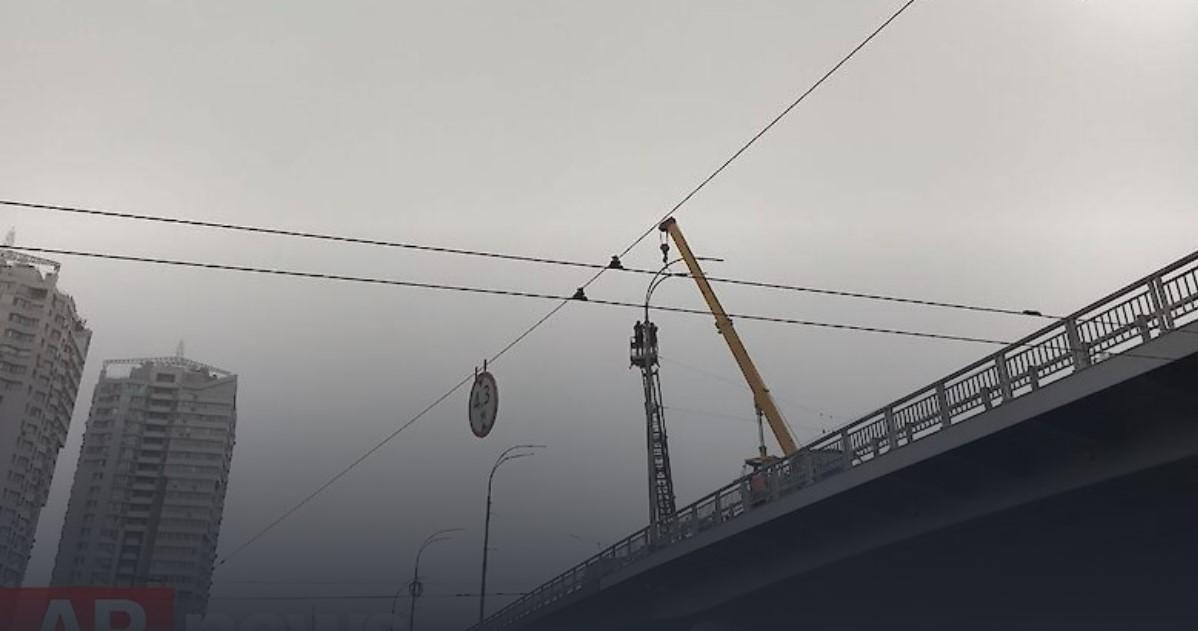 Основную часть столбов уже установили/ фото APnews