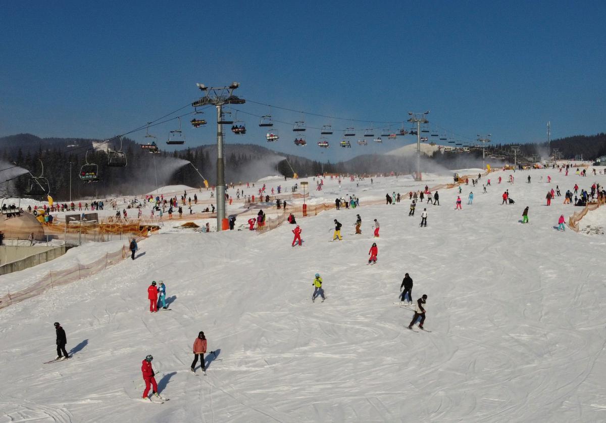 Втім, більшість гостей зимових Карпат приїжджають сюди в пошуках гострих відчуттів. І таких розваг тут більш ніж достатньо / Фото: REUTERS