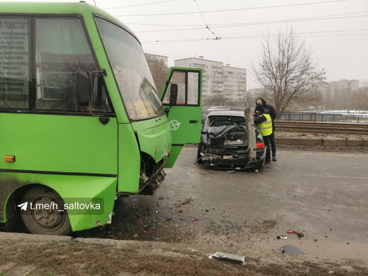ДТП у Харкові - легковик врізався у маршрутку з 5 пасажирами / t.me/h_saltovka