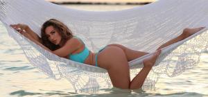 Популярная модель сверкнула пышными формами в секси-бикини